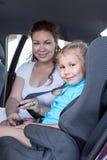 Transport d'enfants de sécurité avec le siège de voiture dans le véhicule Image stock