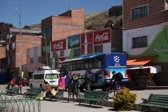 Transport dans une rue d'une ville en Bolivie, lac Titicaca Photographie stock libre de droits