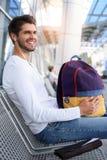 Transport de attente de jeune homme joyeux Images stock
