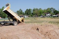 Transport de camions à benne basculante bon remplissant champ, provoquant une amende Image stock