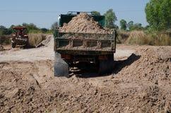Transport de camions à benne basculante bon remplissant champ, provoquant une amende Photo stock