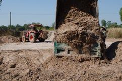 Transport de camions à benne basculante bon remplissant champ, provoquant une amende Image libre de droits
