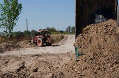 Transport de camions à benne basculante bon remplissant champ, provoquant une amende Photos stock