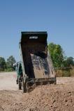 Transport de camions à benne basculante bon remplissant champ, provoquant une amende Photographie stock libre de droits