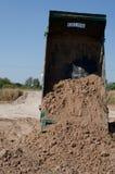 Transport de camions à benne basculante bon remplissant champ, provoquant une amende Photos libres de droits