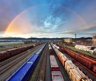 Transport de marchandises de train avec l'arc-en-ciel - transit de cargaison Photo stock