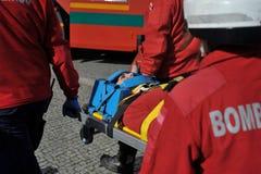 Transport de patient d'ordures de sapeurs-pompiers photo libre de droits