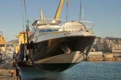 Transport de yacht au port photographie stock