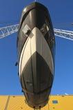 Transport de yacht au port photo libre de droits