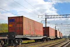 Transport des cargaisons par chemin de fer dans des conteneurs Image libre de droits