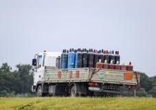 Transport des marchandises dangereuses Cylindres avec du propane et l'oxygène dans le camion Image libre de droits