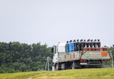 Transport des marchandises dangereuses Cylindres avec du propane et l'oxygène dans le camion Photo libre de droits