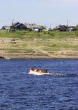 transport des passagers sur un radeau de sauvetage images stock