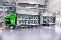 Transport des pièces de rechange pour l'usine de voiture Photographie stock libre de droits