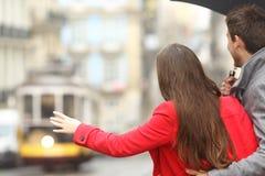Transport en commun de attente de couples Photographie stock
