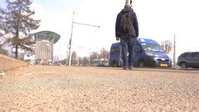 Transport en commun de attente de voyageur de touristes masculin à un arrêt d'autobus dans la ville, voyage banque de vidéos