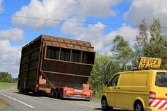 Transport exceptionnel de charge le long de route Photographie stock