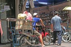 Transport förbi motoriskt i thailändska städer Arkivbilder