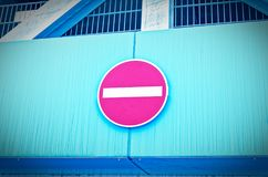 Transport förbjudit tecken med kall blå optik att symbolisera förbud royaltyfri bild