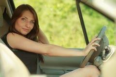 transport Femme de brune conduisant une voiture Photos stock