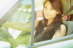 transport Femme de brune conduisant une voiture Photos libres de droits