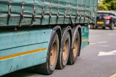 Transport, Frachttransport und schmutziger Diesel am Stadtkonzept - Abschluss oben von LKW auf Straße lizenzfreies stockbild