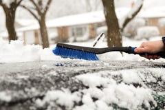Transport, hiver et concept de véhicule - équipez la neige de nettoyage de la voiture avec la brosse Photos stock