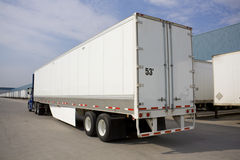 Transport-LKW mit Umweltabdeckstreifen Lizenzfreies Stockfoto