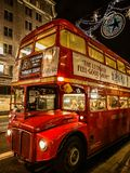 Transport in London, roter Bus selbstverständlich lizenzfreies stockbild