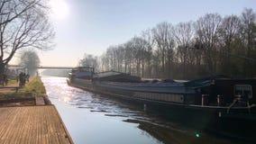 Transport med fartyget på en kanal stock video