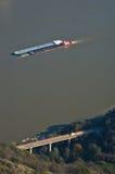 Transport na ziemi, woda, ciężarówka na moscie i statek przy rzecznym Danube, Obraz Stock