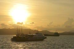 Transport par voie navigable au coucher du soleil Images stock