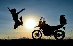 Transport, podróż i szczęśliwy motocyklista, obraz royalty free