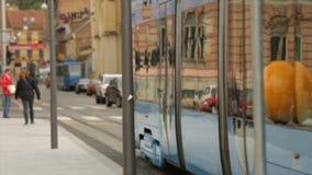 Transport publiczny w dużym mieście, nowożytni tramwajowi przewożenie pasażery, Zagreb ulicy zbiory wideo