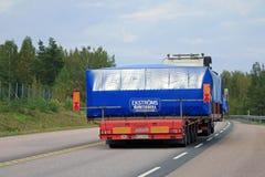 Transport routier surdimensionné de charge, vue arrière Image libre de droits