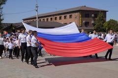 Transport solennel du drapeau de la Russie par secteur Célébration premier le mai, le jour du ressort et du travail Défilé de may photographie stock