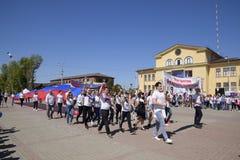 Transport solennel du drapeau de la Russie par secteur Célébration premier le mai, le jour du ressort et du travail Défilé de may images libres de droits