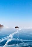 Transport sur la glace aéroglisseur Glace sur le lac Baïkal Photos stock