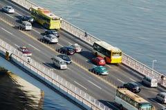 Transport trafikerar över Guangzhou överbryggar arkivfoton