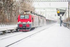 transport train arrivant à la gare ferroviaire en hiver image stock