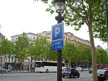 Transport und Leute auf dem Alleen-DES Champs-Elysees stockfotos