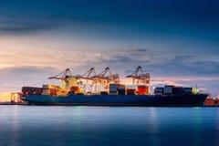 Transport und VersandlogistikVerladedockanschluß , Behälterimport und Export des Seefrachttransportes industriell , stockbild