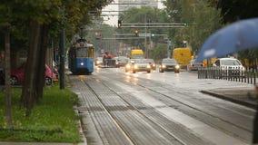 Transport urbain, vue de tram bleu et entraînement de voitures sur la route, égalisant clips vidéos