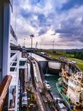 Transport via den Panama kanalen Arkivbild