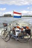 Transport von Fahrrädern über dem Fluss, die Niederlande stockfotos