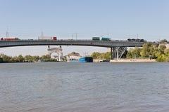 Transport von Waren und von Erdölprodukten auf Lastkähnen auf Lizenzfreie Stockfotografie