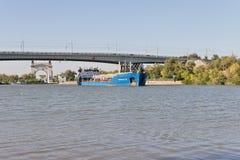 Transport von Waren und von Erdölprodukten auf Lastkähnen auf Stockfotos