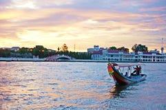 Transport w Chao Phraya rzece przy słońce ustalonym czasem Obrazy Stock