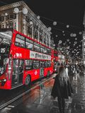 Transport w Londyn, czerwony autobus oczywiście zdjęcie stock
