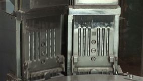 Transportador automático para los productos farmacéuticos (tabletas, cápsulas) almacen de video